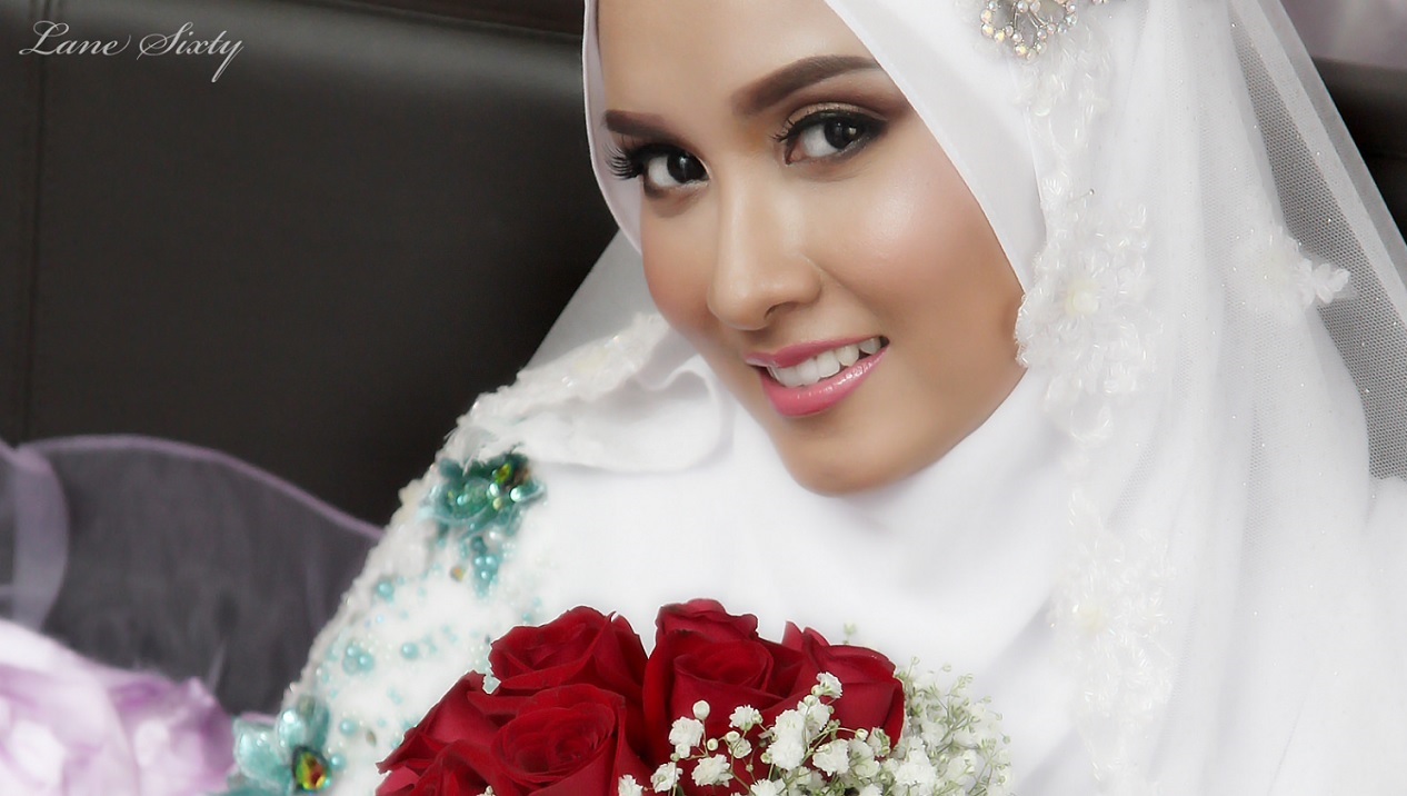 bride in white hijab
