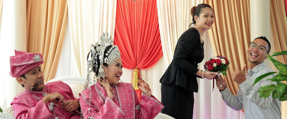 fun photoshoot at a malay wedding