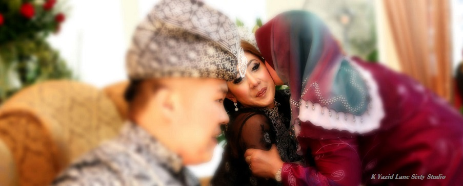 family kissing malay bride