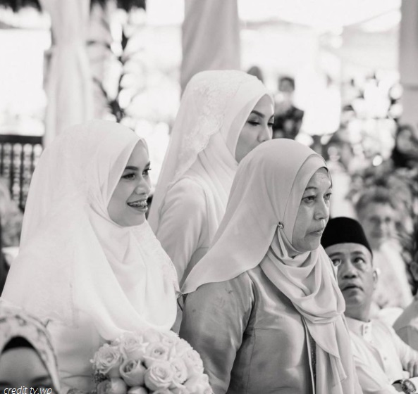 bride with mak andam in black and white