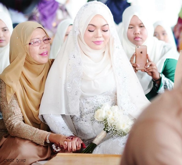 bride and mak andam at wedding ceremony